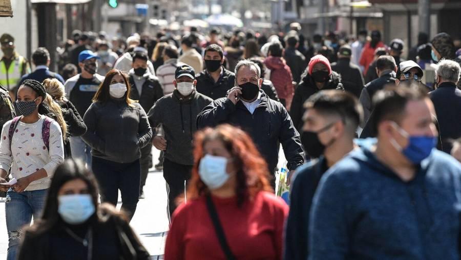 El alza de casos de COVID-19 en España lleva a más regiones a endurecer las medidas
