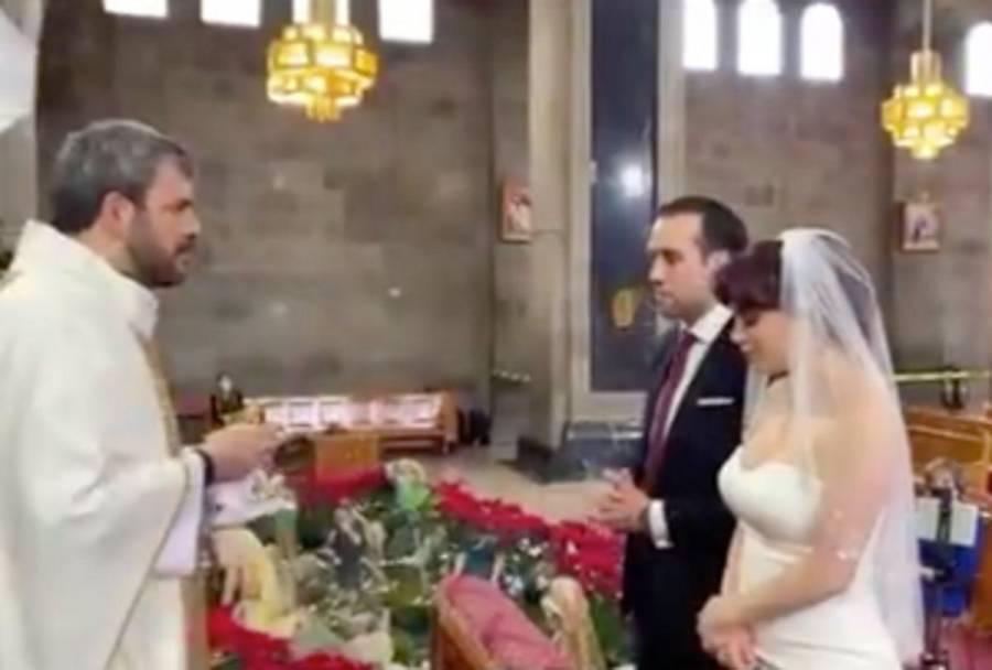 Investigan boda de funcionaria en semáforo rojo