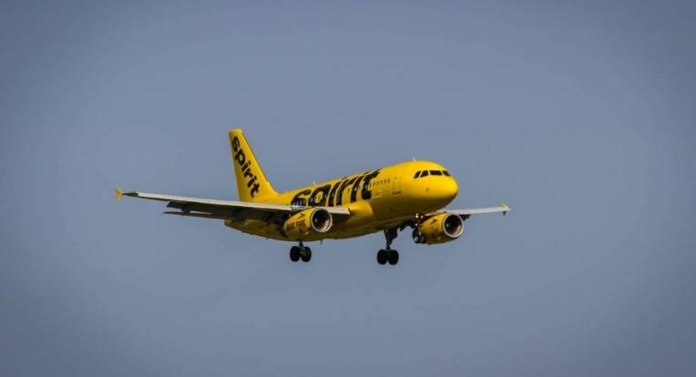 Pasajeros que tengan mala conducta en aviones en Estados Unidos podrían ir a la cárcel