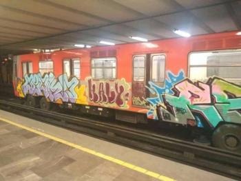 Ahora exhiben vagones del metro grafiteados y olvidados, son de la Línea 6