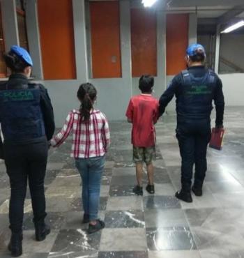 Policías de la SSC localizaron y resguardaron a dos hermanitos que estaban extraviados en el Metro