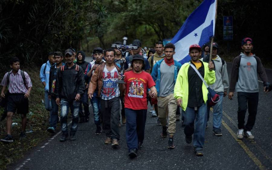 Pese a restricciones de seguridad, miles de migrantes avanzan por Guatemala hacia EEUU