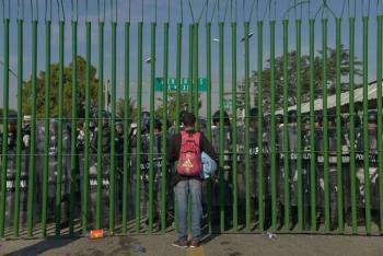 México refuerza frontera ante el avance de caravana migrante