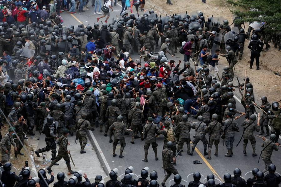 Autoridades de Guatemala frenan con violencia caravana migrante