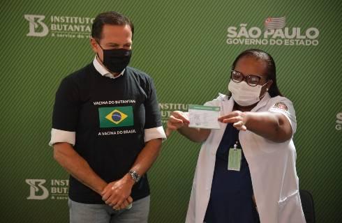 Aprueba Brasil uso de emergencia de las vacunas de Sinovac y AztraZeneca