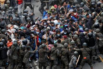 Con palos y gas, Guatemala detiene caravana migrante