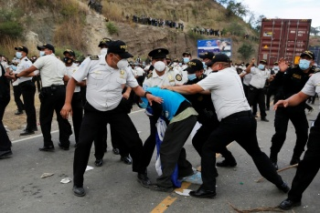 A golpes, dispersa Guatemala  caravana migrante