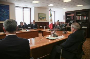 AMLO y directivo de Pfizer, reafirman entrega de vacunas a México