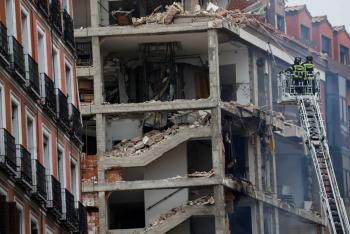 Al menos dos muertos tras derrumbarse un edificio en Madrid por una explosión