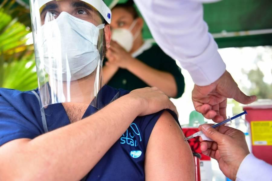 Inicia vacunación de personal médico privado
