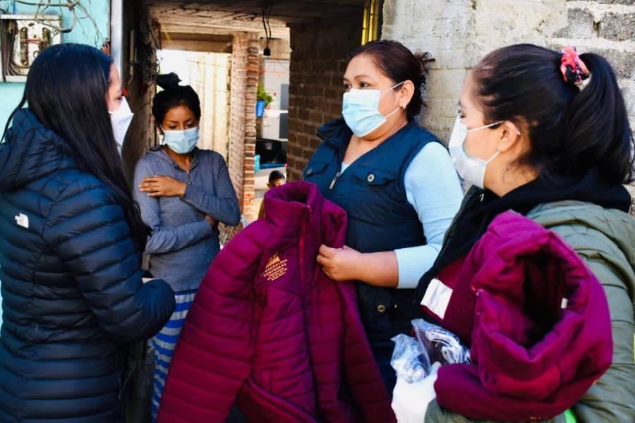Por frío dan chamarras y abrigos en Magdalena Contreras
