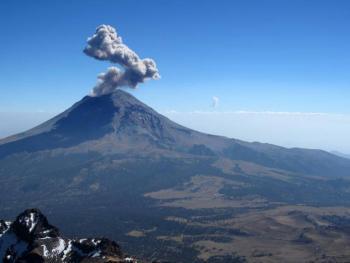 """Explosiones de """"Don Goyo"""" espectaculares, pero sin riesgo para la población"""