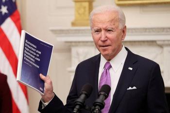 Lanza Biden estrategia contra Covid que incluye cuarentena a pasajeros que lleguen a EE. UU.