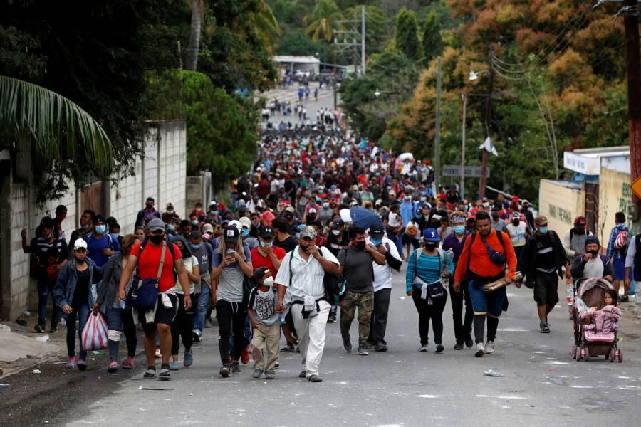 Tras bloqueo de caravana, migrantes hondureños enfurecen contra su presidente