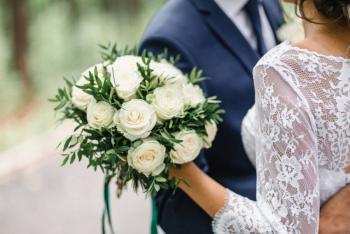 Suspenden boda con 400 invitados que incumplía normas COVID-19 en Reino Unido