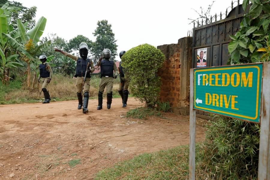 Policía ugandesa retiene a líder opositor, piden su liberación