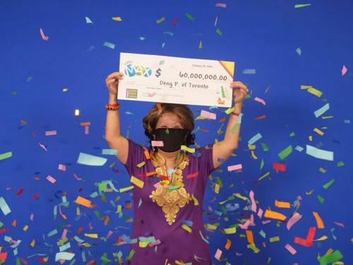 Del desempleo a ganar la lotería, mujer ganó con los números que su marido soñó