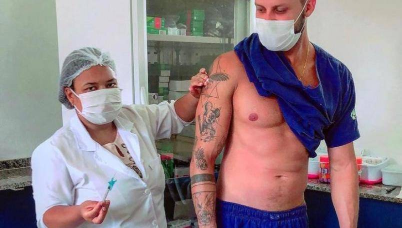 Enfermero presume musculatura mientras recibe vacuna contra Covid