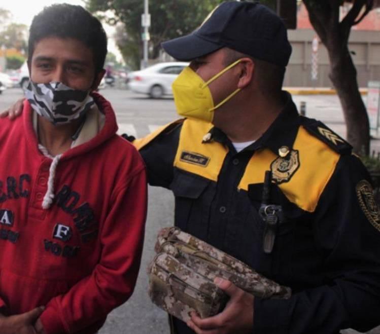 Policía se gana ascenso tras devolver una mochila a su dueño con 30 mil pesos
