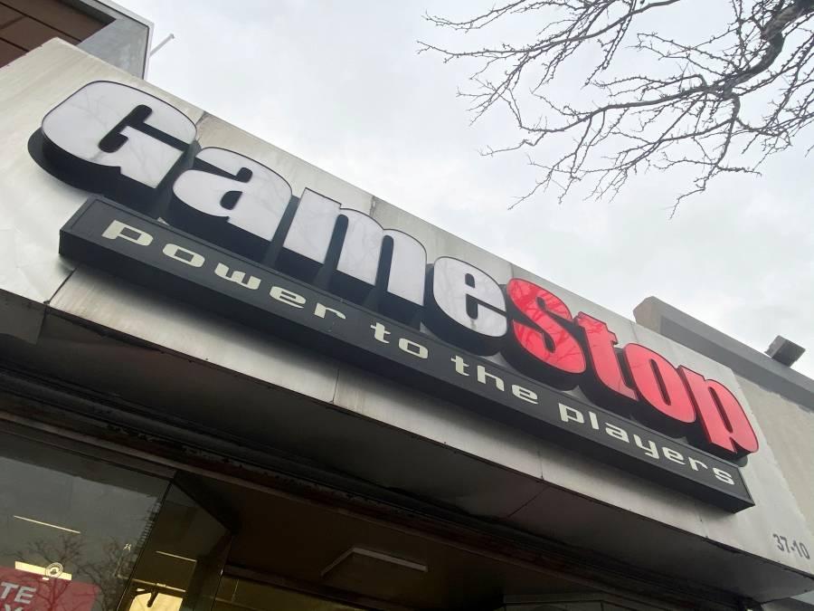 Acciones de GameStop y AMC caen por restricciones a las operaciones en Reddit