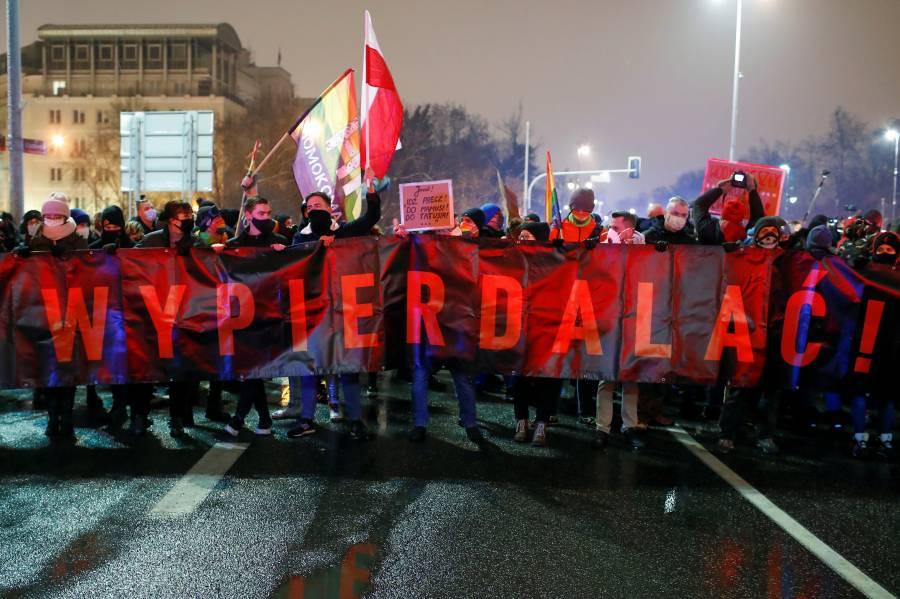 Polonia prohíbe el aborto y desata protestas