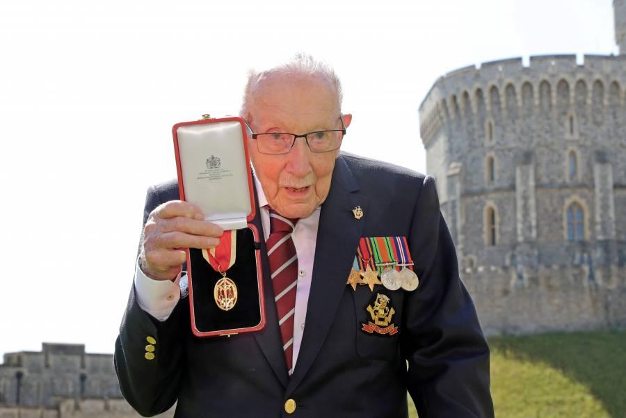 Por COVID-19, muere el Capitán Tom Moore; recaudó millones de libras para el servicio de salud británico