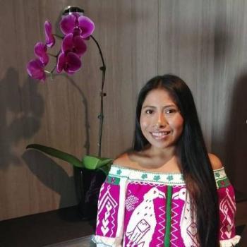 Yalitza Aparicio retorna a sus raíces, con elegante atuendo