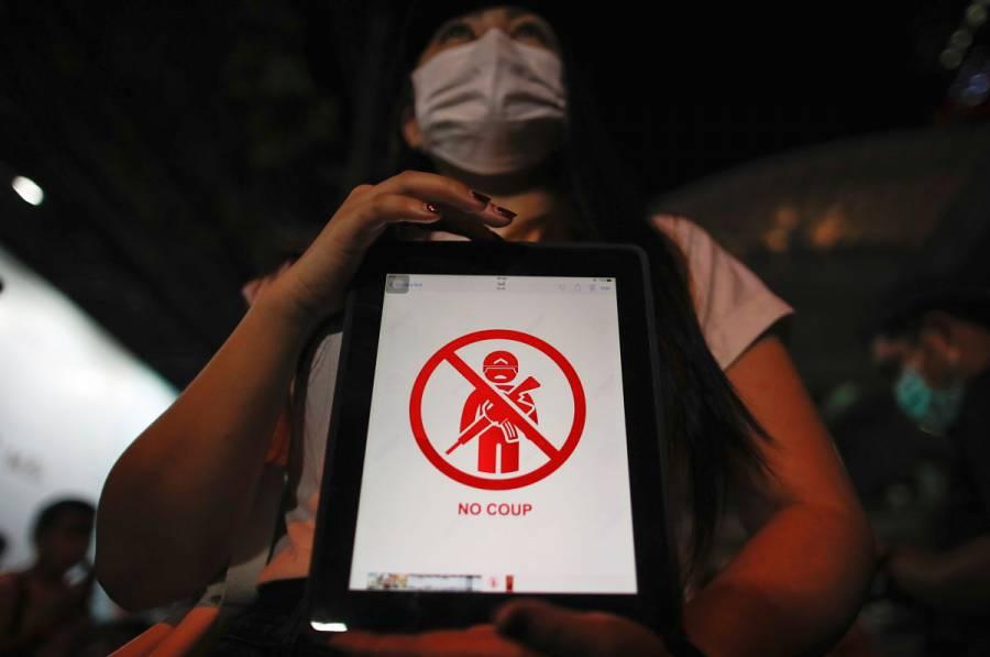 Gobierno militar de Birmania bloquea Facebook mientras crece la oposición al golpe