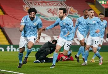 Manchester City golea al Liverpool y se acerca al título en la Premier League