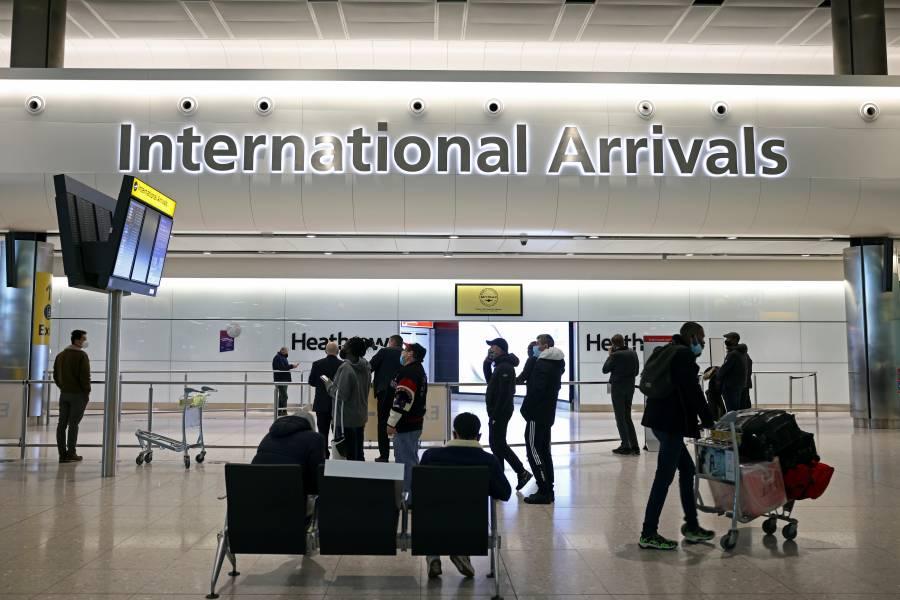 Reino Unido impondrá multas o prisión a viajeros que violen medidas de COVID-19