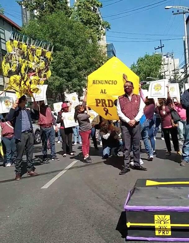 Renuncian miles de perredistas ante alianza con PRI y PAN