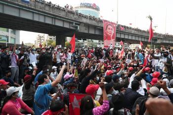 Birmania vive protestas masivas pese a amenazas del Ejército