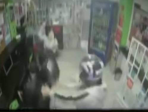 Con machete en mano, niña ataca a ladrones parar defender a su madre