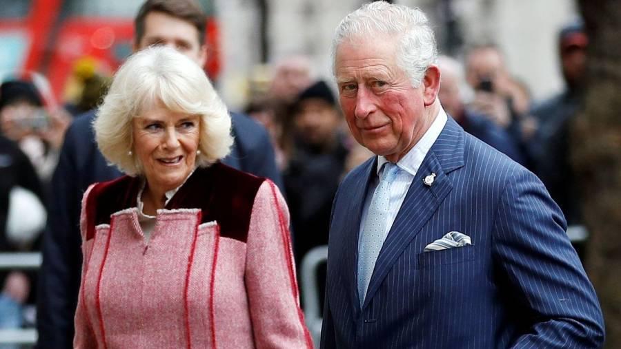 Príncipe Carlos y su esposa Camila reciben primera dosis de vacuna contra COVID-19