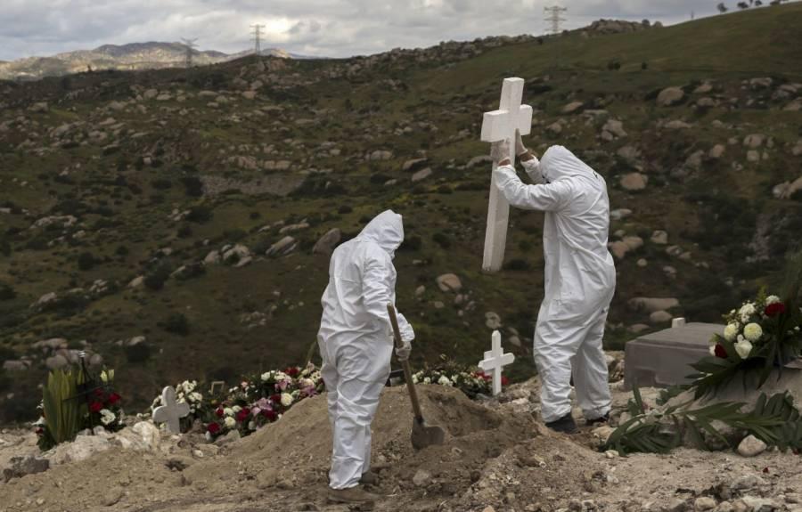 Sujetos ebrios se despiden de un familiar que murió de Covid-19, abrieron su ataúd