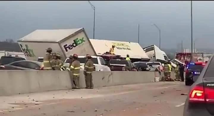 Deja 5 muertos por choque de 100 autos, tormenta en Estados Unidos