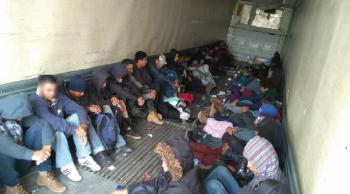 México rescata a 103 migrantes centroamericanos ocultos en camión
