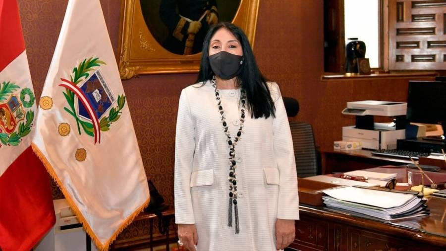 Canciller de Perú renuncia tras admitir que recibió vacuna contra COVID