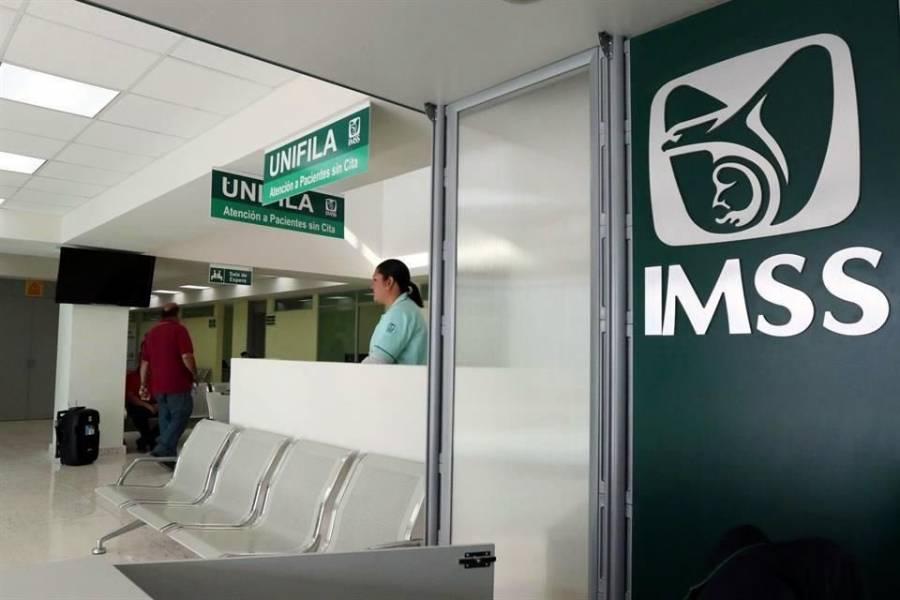 Destituyen a dos directivos de UMF del IMSS por aplicarse vacuna