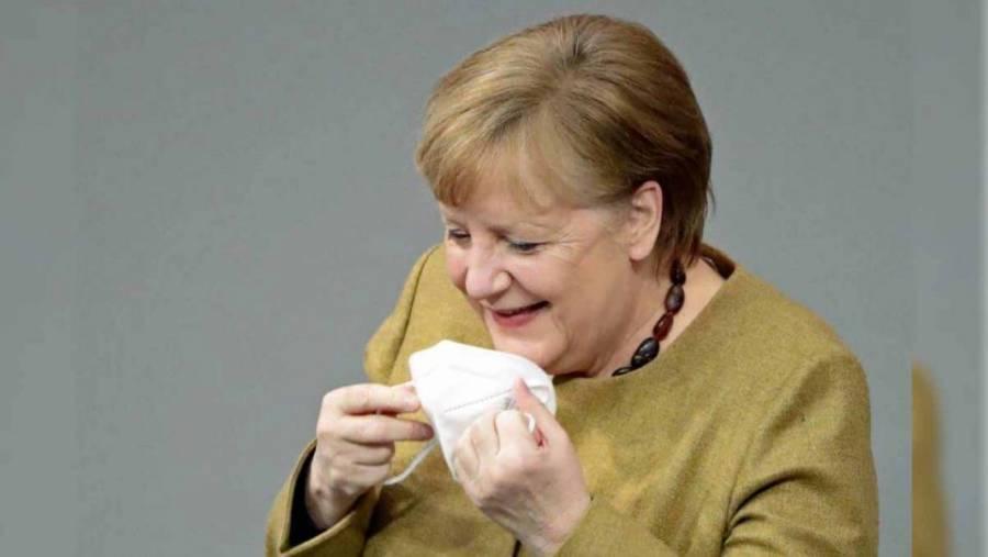 Angela Merkel olvida su cubrebocas y se hace viral