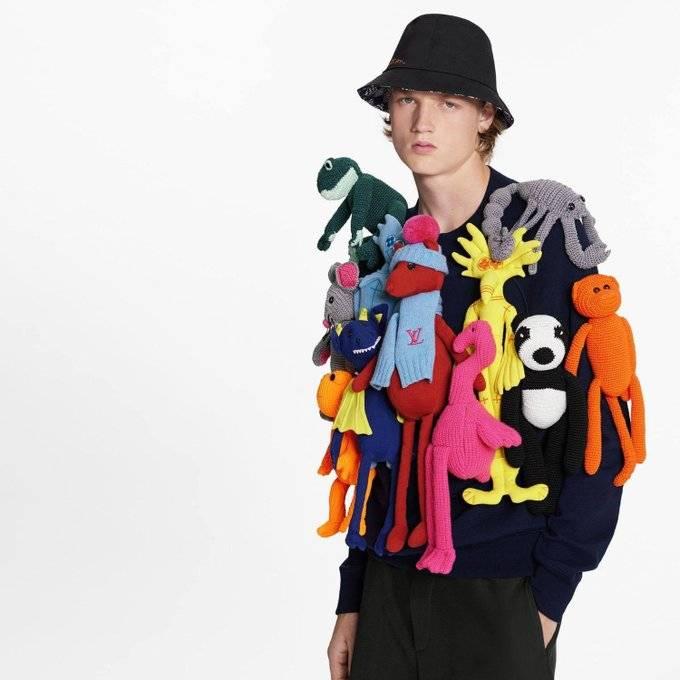 Por 8 mil dólares se vende un jersey cubierto con peluches, es de Louis Vuitton