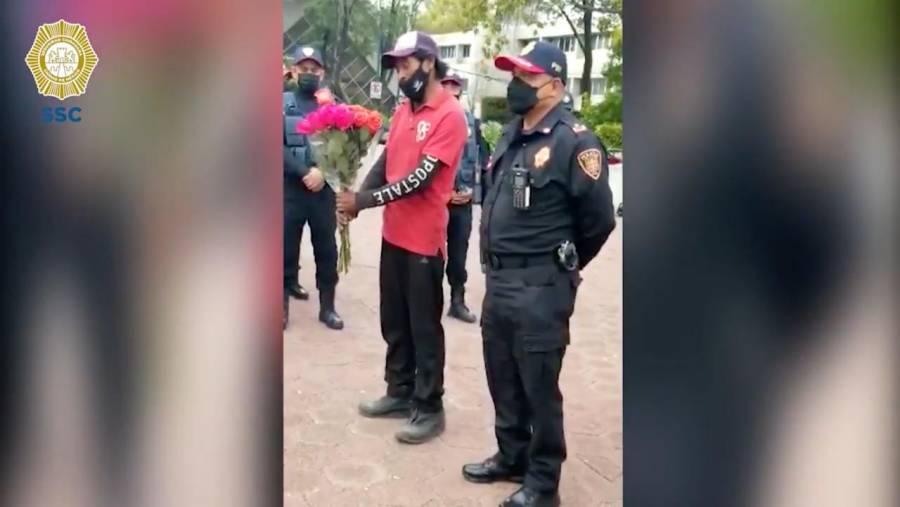 Video: Por encontrar a su hija, padre regala flores a policías de la CDMX