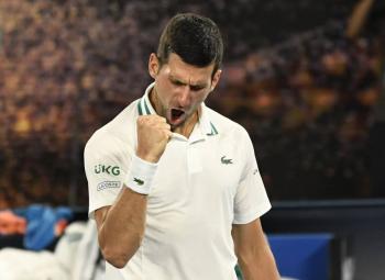 Djokovic vence a Karatsev y es finalista en Abierto de Australia