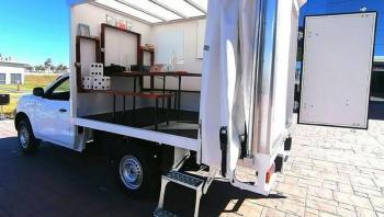 Obsequian camioneta a maestra que ofrecía clases a niños en su vehículo