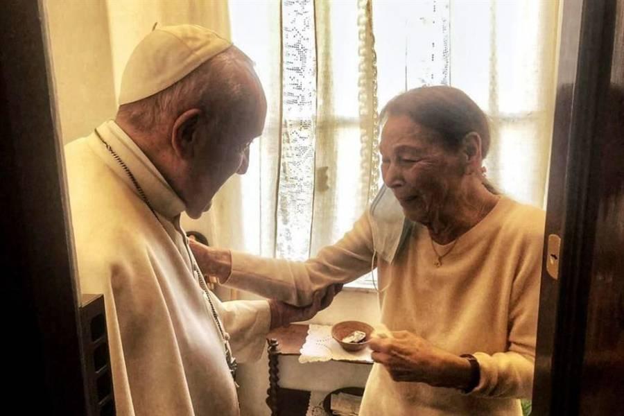 El Papa Francisco realiza visita a superviviente del Holocausto
