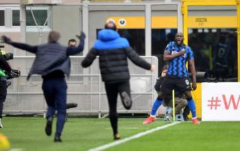 Inter vapulea al Milan y acaricia el Scudetto