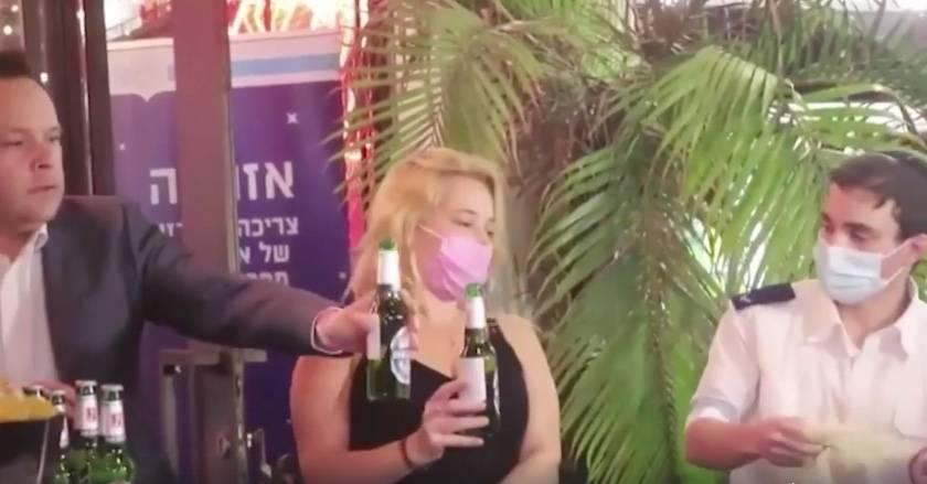En Israel, bar ofrece tragos gratis a quienes se vacunen contra COVID-19