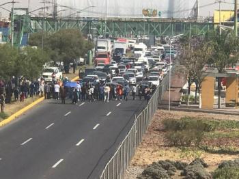 Adultos mayores bloquean Avenida Central en Ecatepec para exigir vacunación