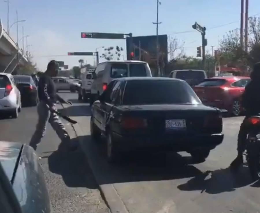 Policía amenaza con un machete a un automovilista en Guanajuato
