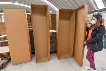 Incremento de muertos por COVID-19, obliga a la creación de ataúdes de cartón